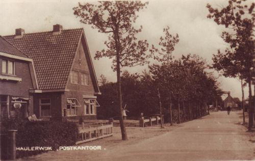 Het latere hulppostkantoor, gebouwd in 1937. Aan het einde van de weg ziet u nog de ijzeren brug
