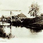 Het centrum van Haulerwijk-boven. De brug is nog van hout met rechts de brugwachterswoning. Het 2e huis van rechts, midden op de foto, is het postkantoor.