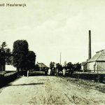 """Gezicht op de cöopepatieve zuivelfabriek """"Hoop Op Zegen"""". Links op de voorgrond de bakkerij van der Werff."""