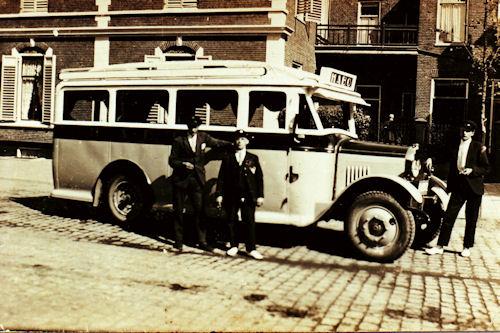 H.A.B.O. bus met de chauffeurs: Bouke Bies. Jan Oostingh. Hans Oenema.