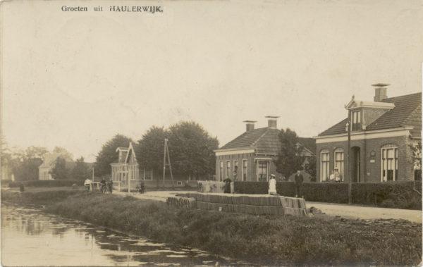 Rechts het postkantoor