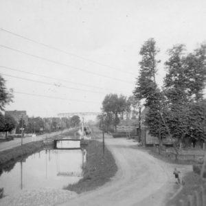 Opstelling van de tank achter de brug te Waskemeer.